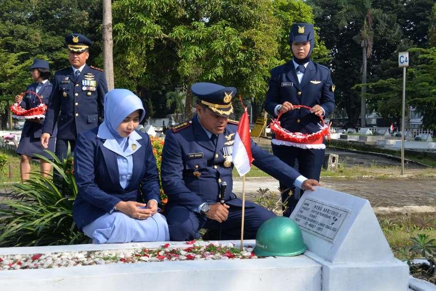 Danlanud Surabaya : Ziarah, Momentum Meneladani Pengorbanan Pahlawan