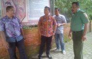 Babinsa 0816/10 Bantu Warga Bersih Desa Seketi Kecamatan Balung Bendo Sidoarjo