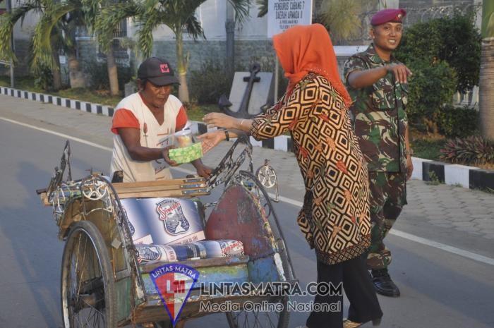 Indahnya Berbagi Dibulan Suci Ramadhan, Jalasenastri Cabang 5 Korcab V DJA II Lanal Batuporon Berbagi Takjil
