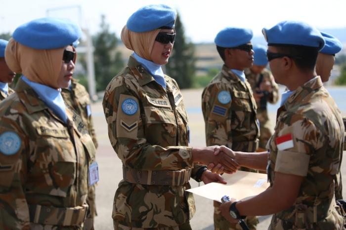 Satgas Yonmek TNI KONGA XXIII-M/UNIFIL Beri Penghargaan Kepada Prajurit Berprestasi