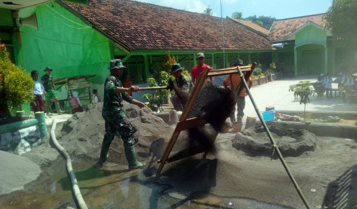 Satgas TMMD ke 105 Kodim 0828/ Sampang Rehab Gedung SDN 1 Karang Anyar