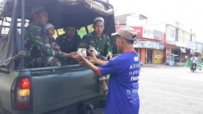 Jum'at Berkah Prajurit Yonif Raider 515/Divif 2 Kostrad Bagikan Nasi Bungkus