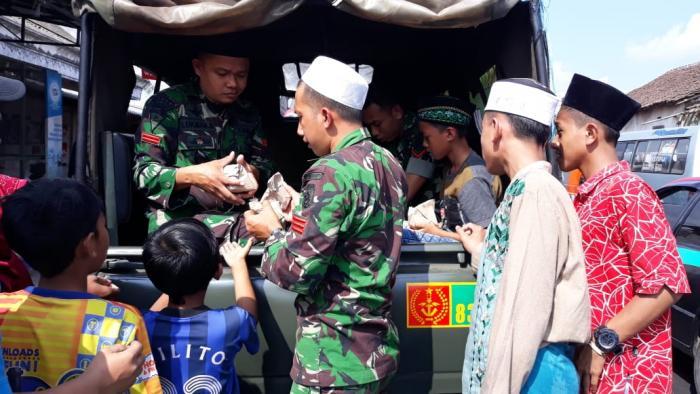 Program Rutin Jum'at Berkah Prajurit Yonif Raider 515/Divif 2 Kostrad Bagikan Nasi Gratis Kepada Warga Kurang Mampu