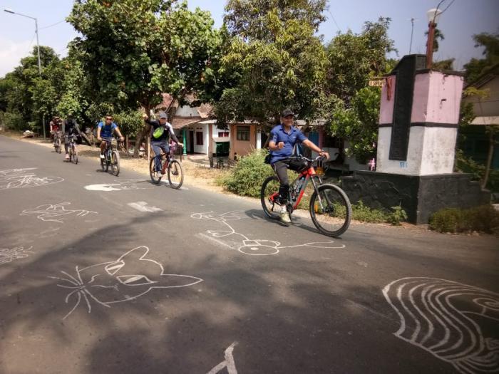Tingkatkan Kebersamaan Tim Fun Bike Yonif Raider 515/Divif 2 Kostrad Ajak Masyarakat Keliling Kabupaten