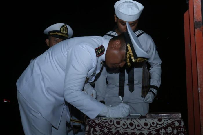 Komandan Lanal Batuporon Pimpin Apel Kehormatan dan Renungan Suci di TMP Bangkalan