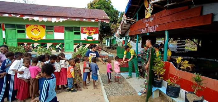 Tanamkan Hidup Sehat, Satgas Yonif Mekanis Raider 411/Divif 2 Kostrad Ajak Anak Sekolah Senam Pagi