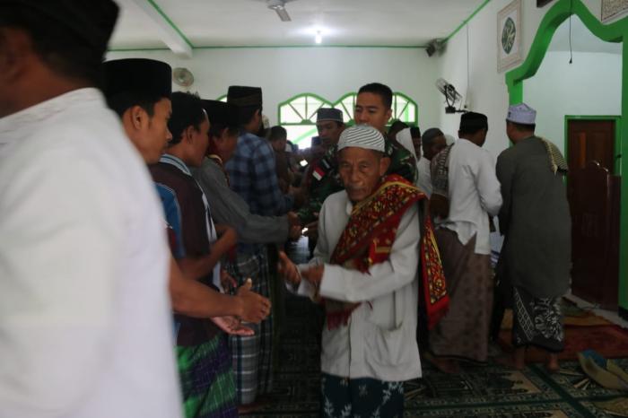 Bersama Warga Perbatasan, Satgas Yonif Mekanis Raider 411 Kostrad Rayakan Idul Adha 1440 H dan Serahkan Hewan Qurban