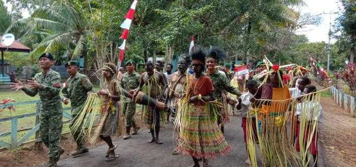 Bersama Suku Kanum, Satgas Yonif Mekanis Raider 411/Divif 2 Kostrad Peringati Hari Internasional Masyarkat Adat Sedunia (HIMAS) Pendiv2