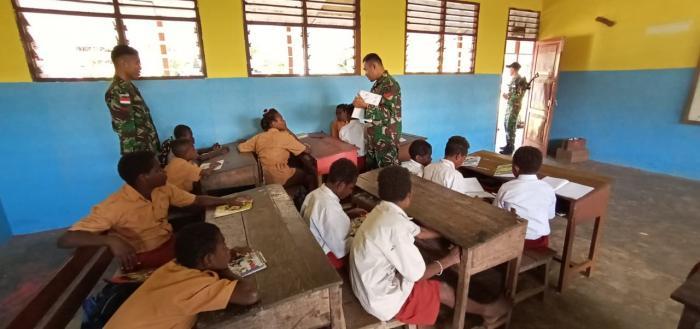 Minim Tenaga Pendidik, Satgas Yonif Mekanis Raider 411/Divif 2 Kostrad Bantu Mengajar di Sekolah Perbatasan RI-PNG