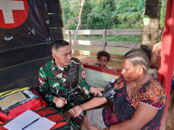 Peduli Kesehatan Warga, Satgas Yonif Mekanis Raider 411/Divif 2 Kostrad Berikan Layanan Pengobatan Gratis
