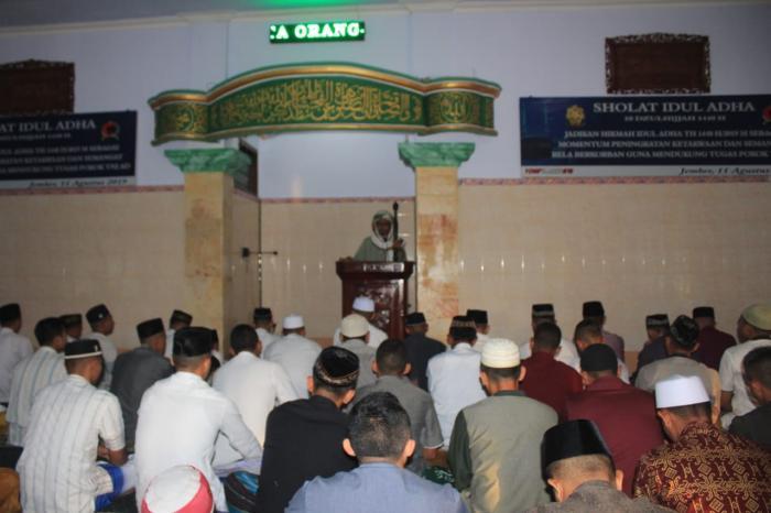 Sambut Hari Raya Idul Adha, Satgas Yonif Raider 514/Divif 2 Kostrad Bersihkan Masjid di Kota Mulia