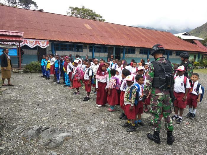 Satgas Pamtas RI-PNG Yonif Raider 514/Divif 2 Kostrad Melaksanakan Kegiatan Mengajar Di Sekolah Dasar Negeri Mulia