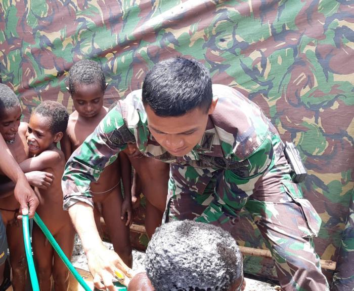 Satgas Pamtas RI-PNG Yonif Raider 514/Divif 2 Kostrad Mengajarkan Pentingnya Kebersihan Kepada Anak-Anak di Kampung Yambi