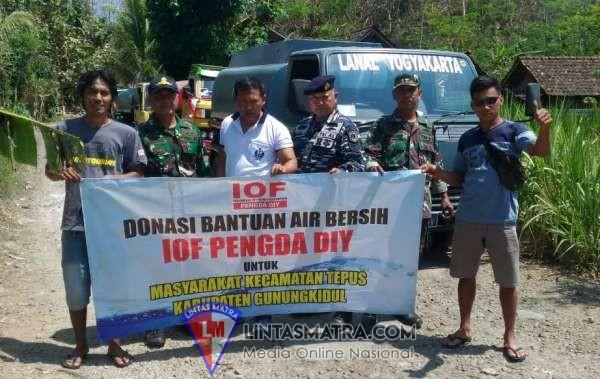 Warga Gunung Kidul Berbondong - Bondong Mendapat Air Bersih Droping Dari Lanal Yogyakarta
