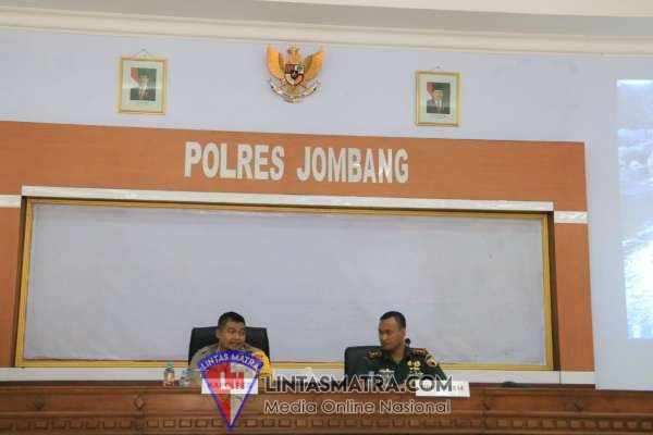 TNI-POLRI DI JOMBANG, KAWAL PENGESAHAN WARGA BARU PERGURUAN SILAT