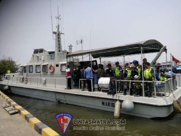 Kapal Angkatan Laut  Lanal Tegal AL Turut Kawal Acara Sekedah Laut