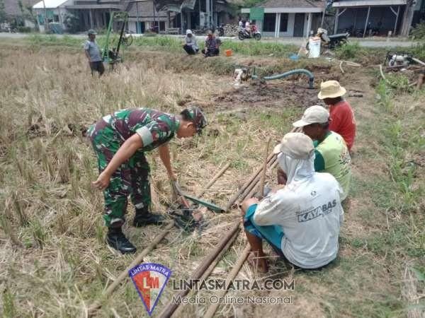 MUSIM KEMARAU, BABINSA KODIM 0814/JOMBANG BANTU WARGA BANGUN SUMUR BOR