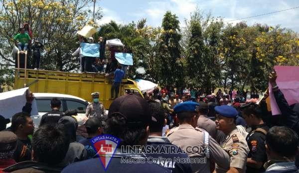 Aksi Damai Warga Bareng LSM PASKAL Tuntut Ungkap Joki Ijazah Palsu