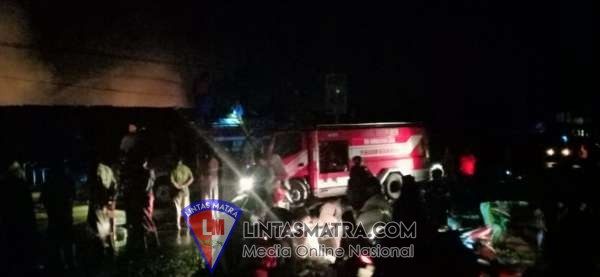 Prajurit Lanal Batuporon dan Arsenal Aksi Bantu Pemadaman Api di Pasar Tanah Merah