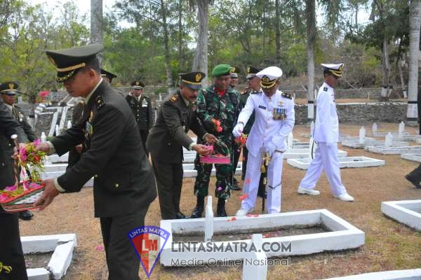 Songsong HUT ke-74 TNI,  Lanal Cilacap lkuti Upacara Ziarah Nasional di TMP Surengrono
