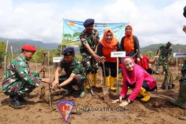 Komandan Lanal Malang Awali Penanaman Mangrove di Pantai Cengkrong Watulimo Trenggalek