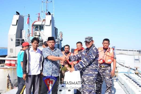 Tak Bisa Merapat di Pelabuhan Gili Raja  Karena Dangkal, Satgas Bencana Lantamal V Bagikan Air Tawar dengan Jeligen
