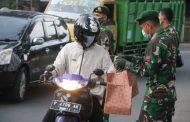 Prajurit Yonif Raider 514/Divif 2 Kostrad Ikut Berpartisipasi Dalam Rangka Pembagian Takjil Kepada Masyarakat Bondowoso