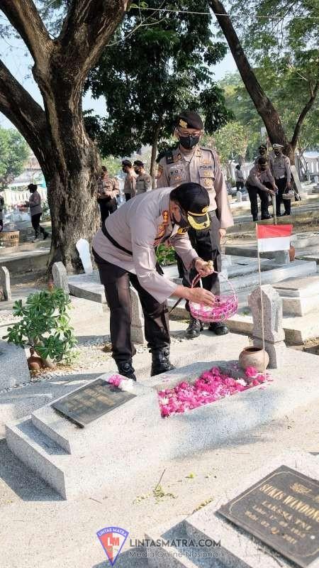Sambut HUT Bhayangkara Ke-74, Kapolresta Sidoarjo Pimpin  Ziarah Makam Pahlawan