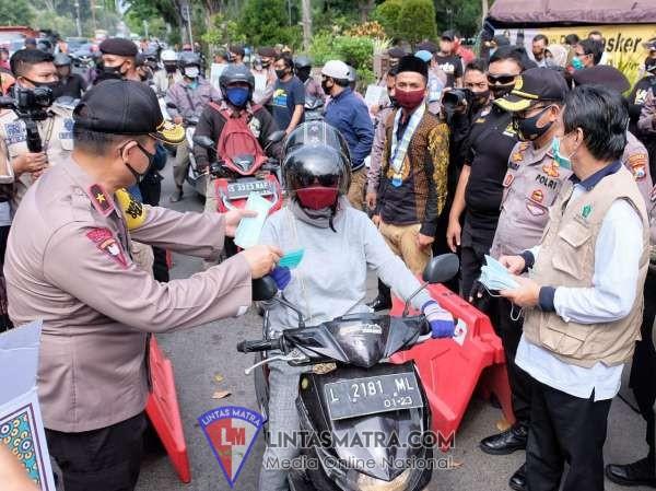 Polda Jatim bersama Forkopimda Sidoarjo Bagikan Masker ke Pengendara dan Pedagang Pasar