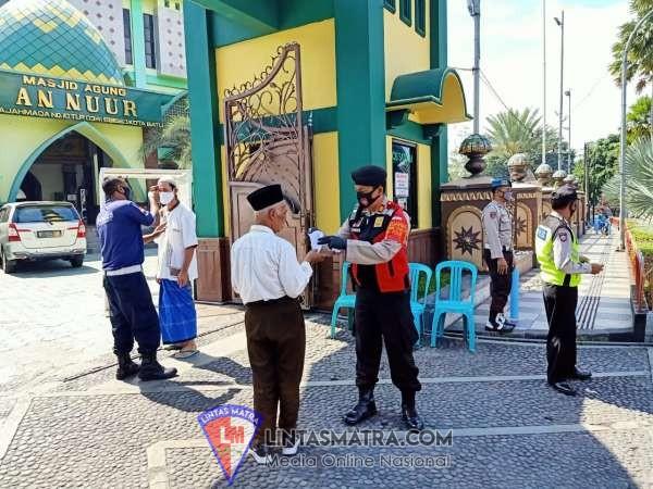 Sat Sabhara Polres Batu Bagikan Masker Kepada Jamaah Salat Jumat Masjid An-Nur Batu