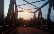 Dinas Perkimsih pasang Dua lampu sorot di Jembatan Pasar sakti warga berterima kasih