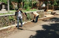 Salut!Musim Penghujan Datang Kepala Desa Karang Asem Turun Langsung Membersihkan Saluran Air di Sepanjang Jalan Desa