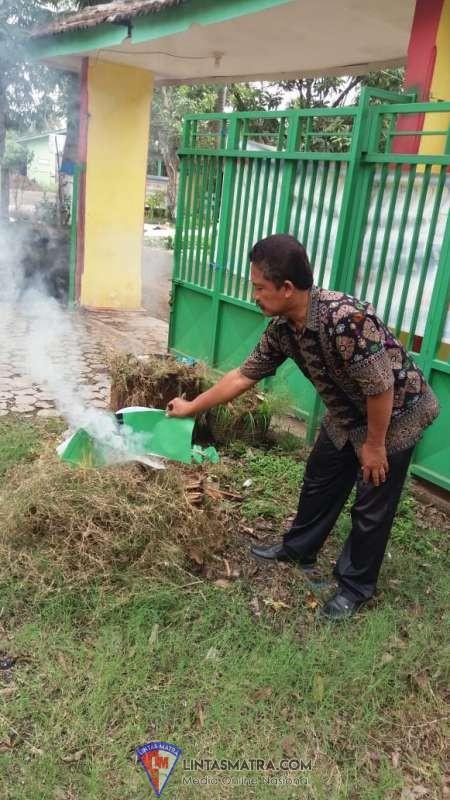 Mengisi waktu luang, Kepala Sekolah SDN Rejoso Lor 1.Bersih Bersih Halaman Sekolah