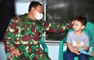 Gubernur AAL Dampingi KASAL Kunjungi dan Kuatkan Moril Keluarga Prajurit KRI Nanggal-402