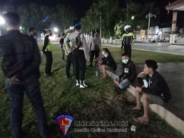 Disiplin Prokes  Covid -19 Polisi dan Pol PP Terus Patroli di Alun-Alun Situbondo
