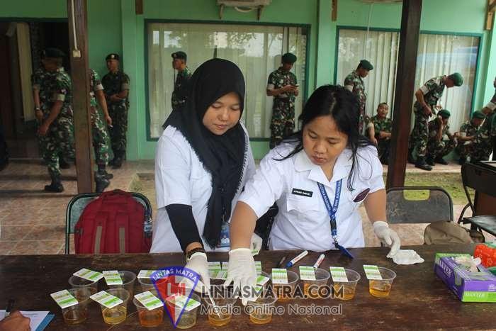 Dalam Rangka P4GN, Prajurit Denma Brigif 20 Kostrad Laksanakan Tes Urine.