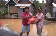 Tanggap Bencana Banjir, Kades Tohari Bagi 1500 Nasi Bungkus Kepada Warga Terdampak Banjir