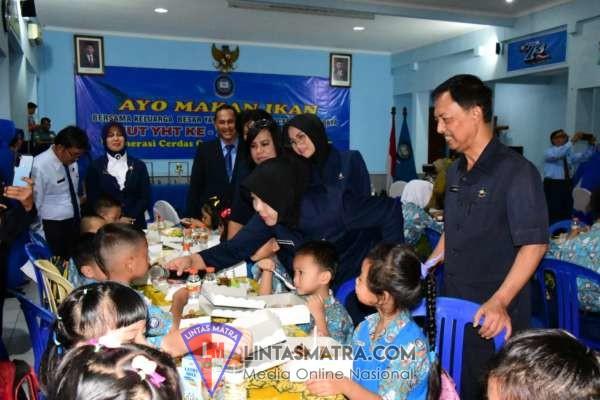 Peringati HUT ke-73 YHT,  Ketua Korcab V DJA ll Makan Ikan Bersama Ribuan Siswa, Guru dan Karyawan YHT Surabaya