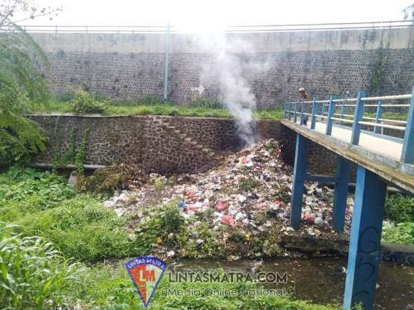 Tumpukan Sampah Di Bantaran Sungai Perbatasan Malang - Pasuruan Harus Mendapatkan Perhatian
