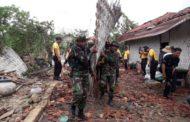 SINERGITAS TNI-POLRI PAMEKASAN DI LOKASI PASCA ANGIN PUTING BELIUNG