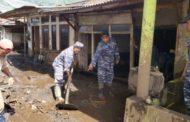 Prajurit Lanal Banyuwangi Bantu Korban Bencana Banjir Bandang