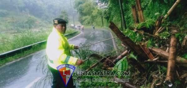Ganggu Arus Kendaraan, Satsabhara Polres Batu Bersihkan Pohon Dan Tanah Yang Longsor