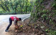 Demi Keamanan Pengguna Jalan, Satsabhara Polres Batu Bersihkan  Longsoran Tanah