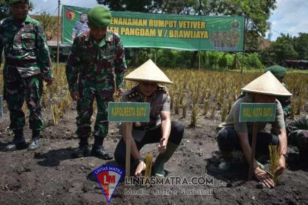 Pangdam V /BRW Tanam Rumput Vetiver Bersama Kapolres Batu
