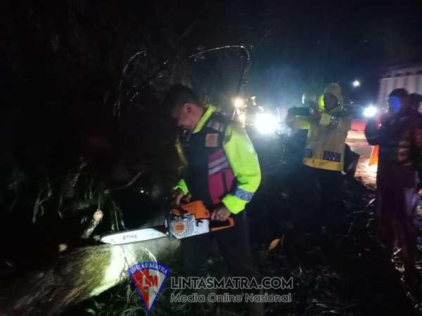 Akibat Hujan Deras, Polres Batu Bantu Masyarakat Untuk Pengamanan Dan Pembersihan Tanah Longsor