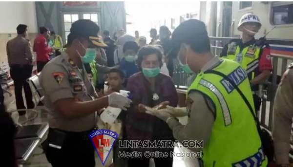 Polisi Sterilkan Stasiun Sidoarjo dari Bahaya Virus Corona