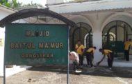 Bersama Warga Desa Tlekung, Polsek Junrejo Bersihkan Masjid Baitul Ma'mur Gangsiran