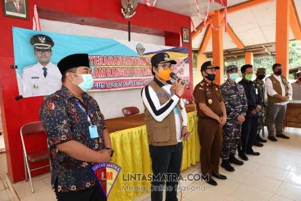 Bupati Bangkalan R. Abdul Latif Amin Imron Bagikan Paket Sembako Kepada Warga Terdampak Virus Covid - 19