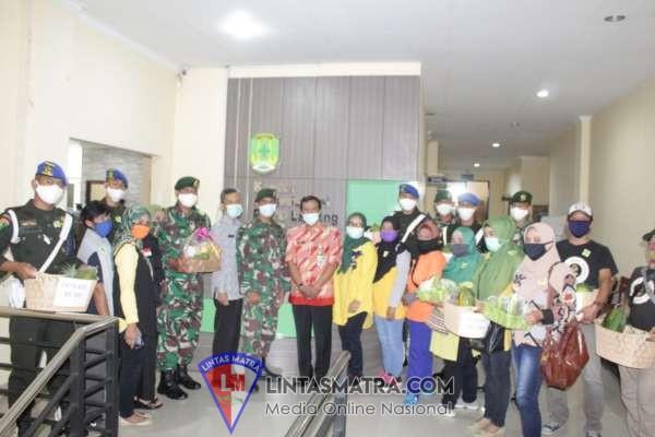 Denpom Divif 2 Kostrad Dampingi Komunitas Salurkan Buah ke Rumah Sakit
