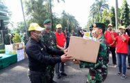 Pangdivif 2 Kostrad Bagikan 1000 Paket Sembako kepada Masyarakat di Lereng Gunung Arjuna